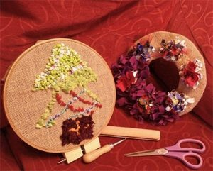 Photos christmas rag rugs in embroidery rings 1 christmas tree and wreath